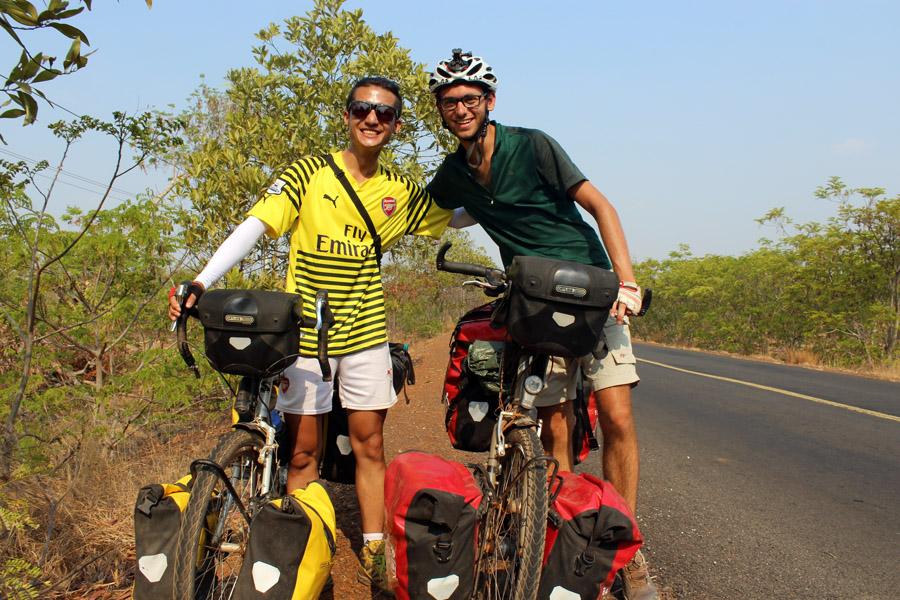 Rencontre d'un cycliste coréen de la Chine vers la Malaisie à vélo